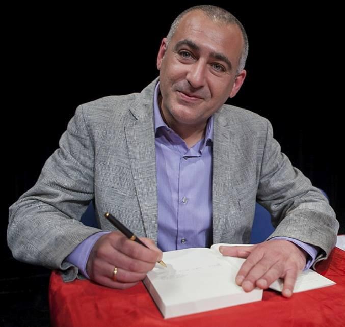 Paco Rabadán Aroca firmando ejemplares de alguna de sus novelas