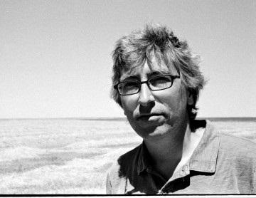 Foto de David Trueba en blanco y negro junto al mar