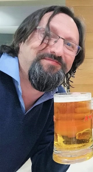 Sergio Reyes comprueba el sabor de la cerveza