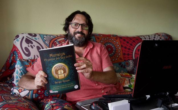 """Sergio Reyes con un ejemplar de """"Mursiya. El pintor del Rey Lobo"""". Foto de Nacho García para la entrevista en La Verdad."""