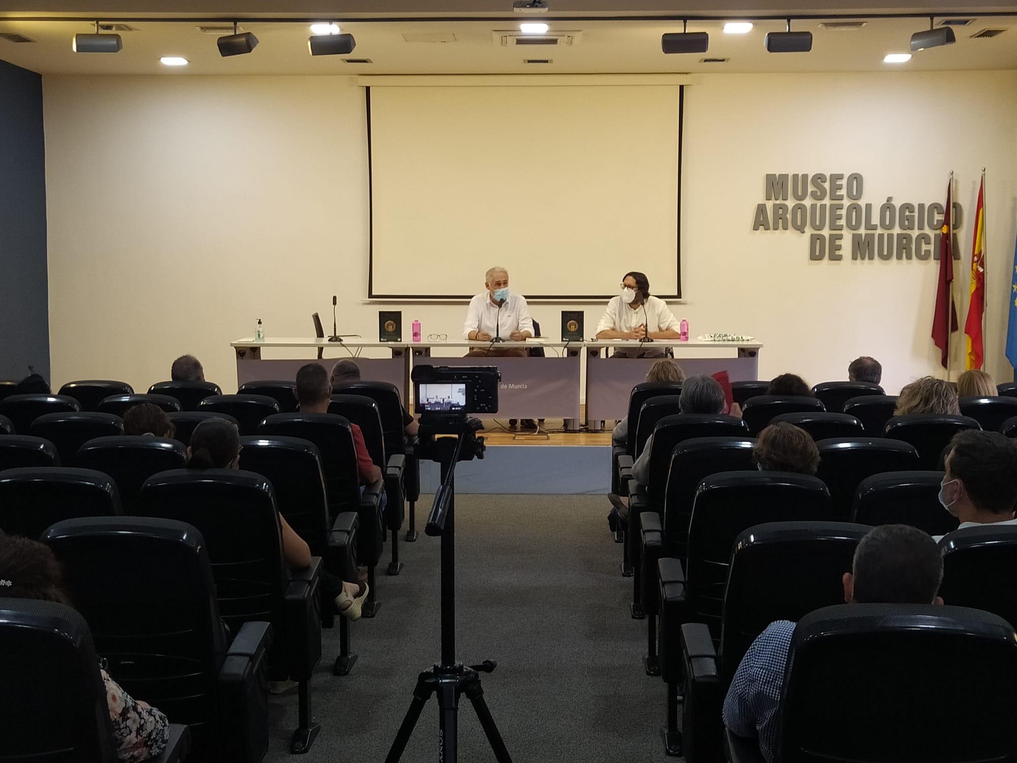 Otro momento de la presentación de Mursiya El pintor del Rey Lobo captado para las fotos del evento en Exlibris 2021: Antonio Botías y Sergio Reyes comparten mesa