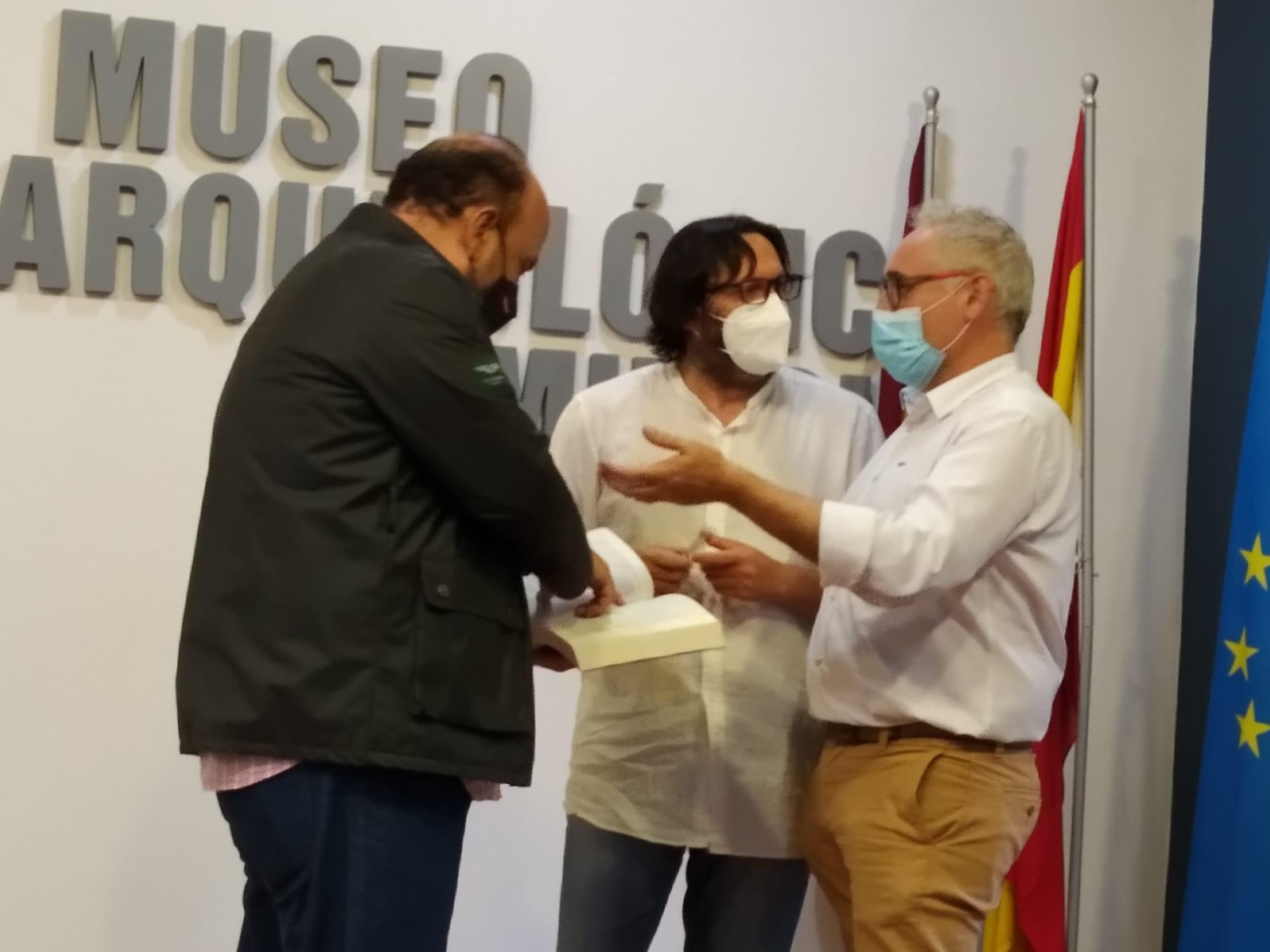 """Victorio Melgarejo, Sergio Reyes y Antonio Botías debaten con un ejemplar de """"Mursiya. El pintor del Rey Lobo"""" en las manos"""
