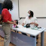 Y otro momento de la firma de Mursiya El pintor del Rey Lobo captado para las fotos del evento en Exlibris 2021