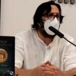 Un momento de la presentación de Mursiya El pintor del Rey Lobo captado para las fotos del evento en Exlibris 2021: Sergio Reyes ante el micrófono