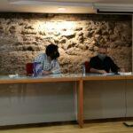 Sergio Reyes escuchando la respuesta del autor - Fotos del evento Exlibris 2021 presentación de Maryam de Siyasa de Antonio Balsalobre
